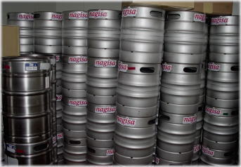 ナギサビールケグ(生樽)。冷蔵倉庫に保管中